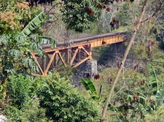 """A unos 270 metros casi al norte, se divisa otro puente metálico inaugurado también en 1870 y similar al de San Alejo, el de la barranca del Paso del Chiquihuite. Mide aproximadamente 48 metros de longitud. El geógrafo Antonio García Cubas lo describe en el ÁLBUM DEL FERROCARRIL MEXICANO publicado en 1877: """"El puente de fierro, de trábes de aspas, como el anterior, se halla sostenido por estribos y machones de mampostería, á una altura, sobre el fondo de la barranca, de 32 metros próximamente. Los estribos y machones forman tres claros, de 30 metros el central y de 18 los laterales"""""""